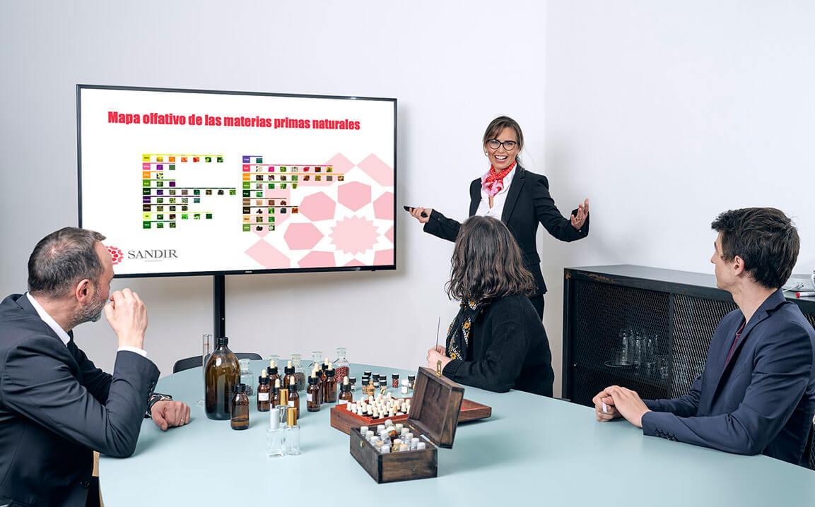 Sandra Iruela impartiendo formación en un aula con una pantallas gigante.